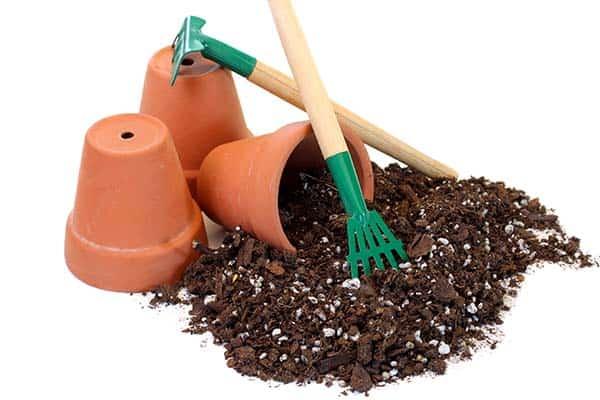 Suelo y herramientas para jardinería.